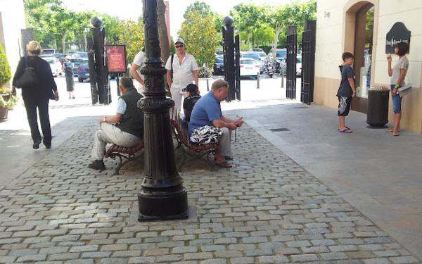 Грустные мужья во время шоппинга