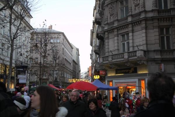 Улица Ваци заполнена людьми