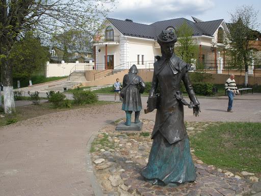 Скульптуры, изображающие жителей города