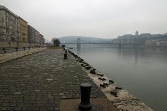 Памятник Холокосту в Будапеште нанабережной