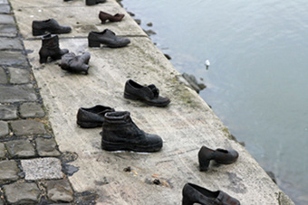 Обувь на набережной Будапешта
