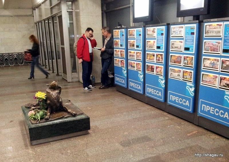 Памятник в метро Менделеевская