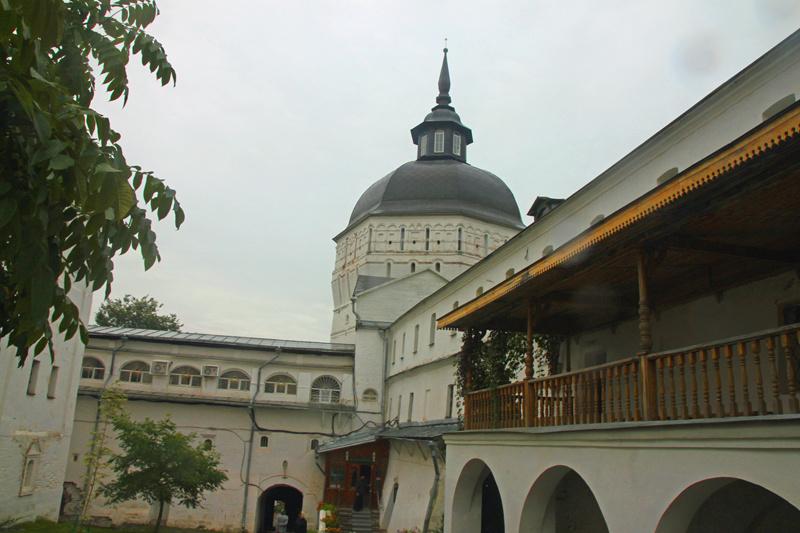 Стены и угловые башни монастыря