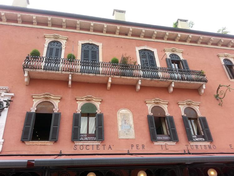 Балконы и окна Вероны