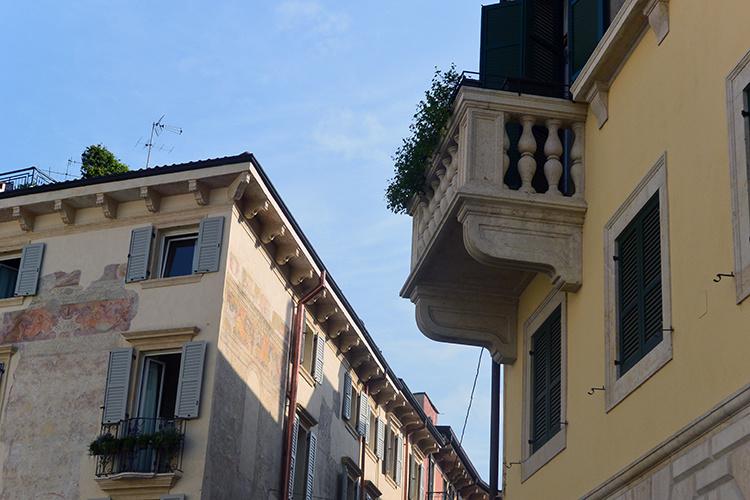 Улицы и балконы Вероны Италия