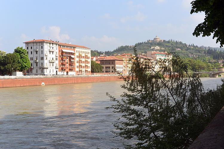 Набережная Верона река Адидже