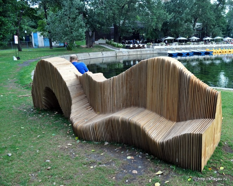 Скамейка на берегу Пионерского пруда