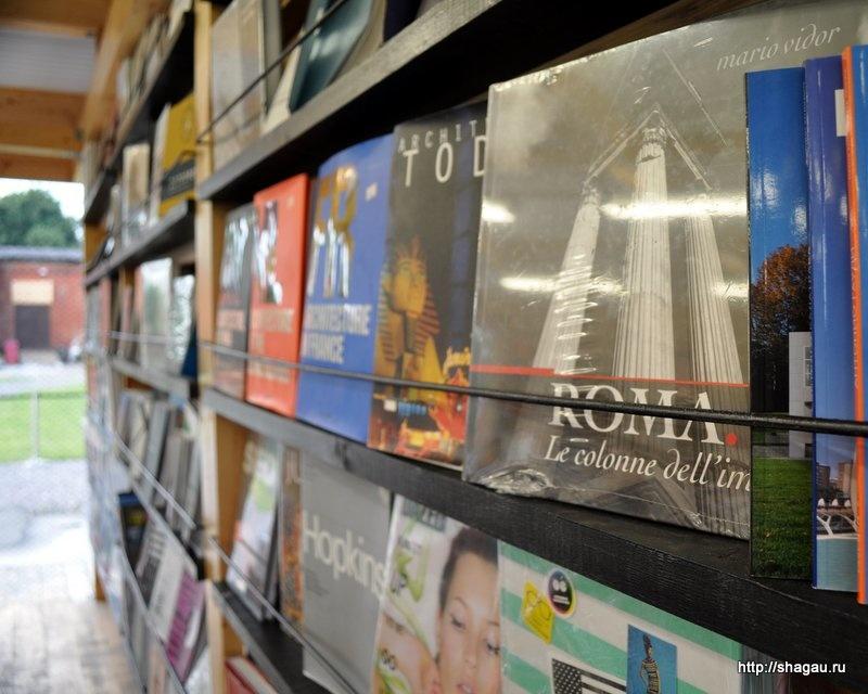 Книги в магазинчике около Гаража