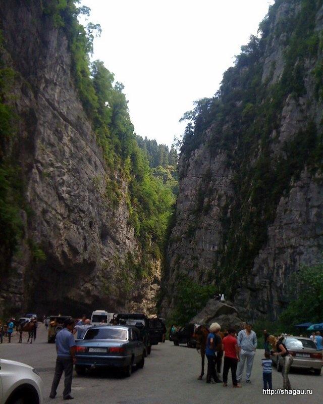 Скалы около озера Рица