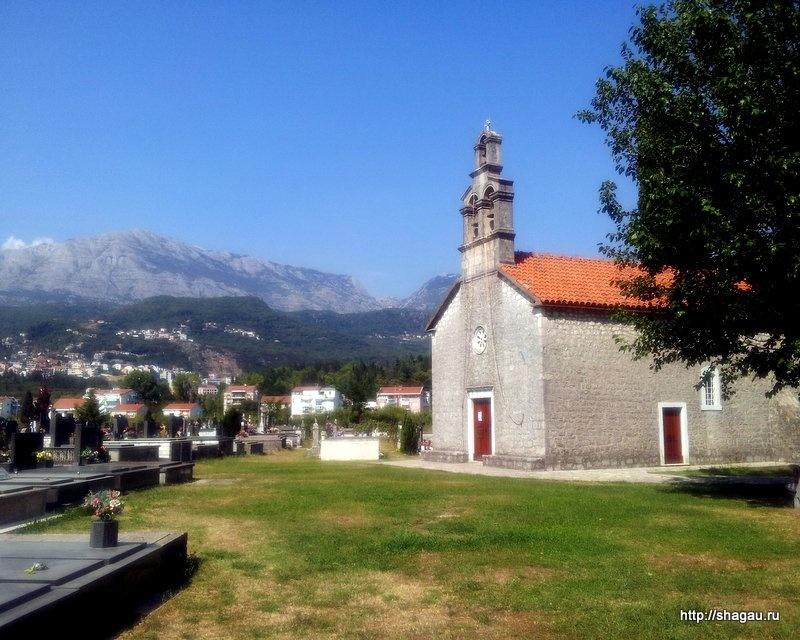 Церковь рядом с отелем Hotel Novi