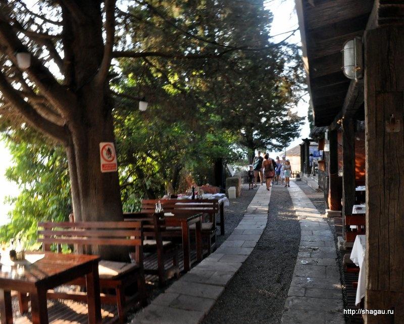 Вдоль всей набережной Росы разбросаны многочисленные кафе и рестораны