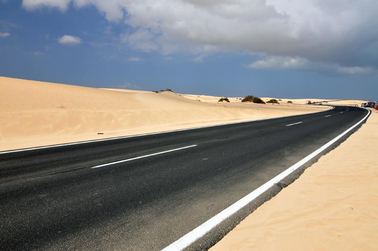 Дорога вдоль дюн