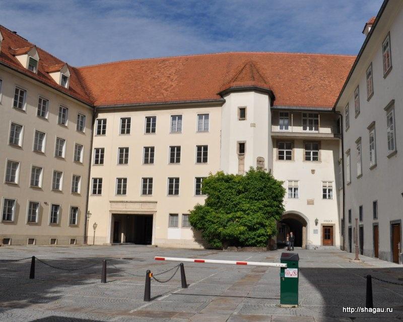 Бург (Замок с двойной лестницей)