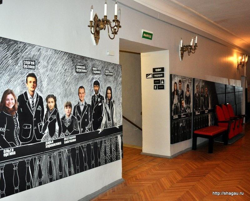 В коридорах театра