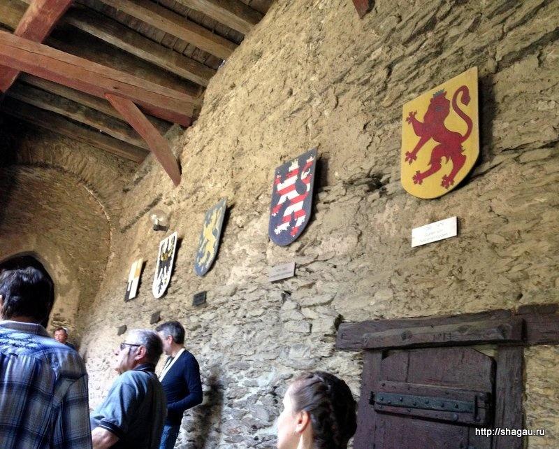 Гербы владельцев замка