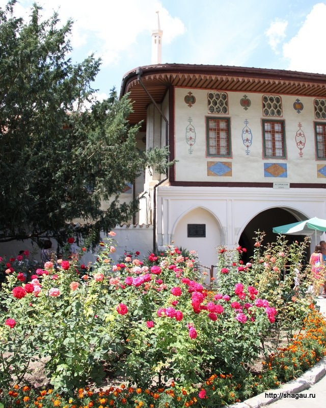 Розы во дворе дворца