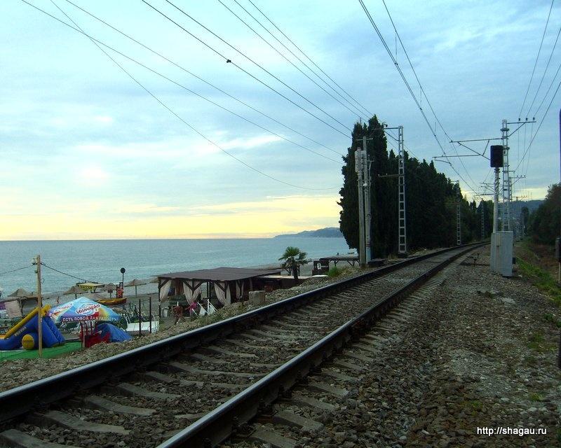 Железная дорога в Лоо рядом с пляжем