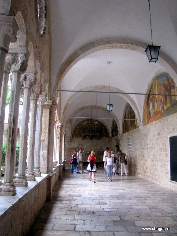 Монастырь, в котором самая старая аптека Дубровника