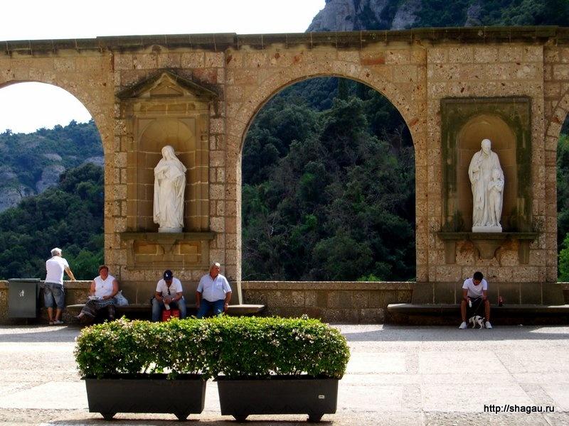 Арки на площади около монастыря