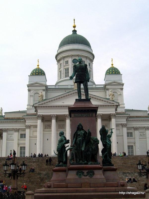 Памятник Александру II на фоне Кафедрального собора Хельсинки