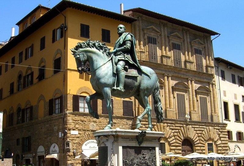 Памятник великому герцогу Тосканы Козимо I