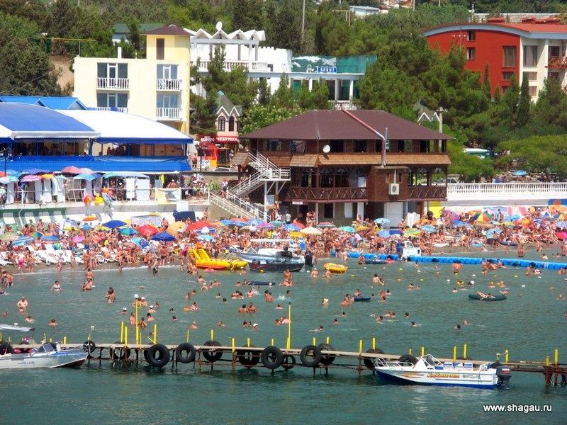 Много народу на пляже в Крыму