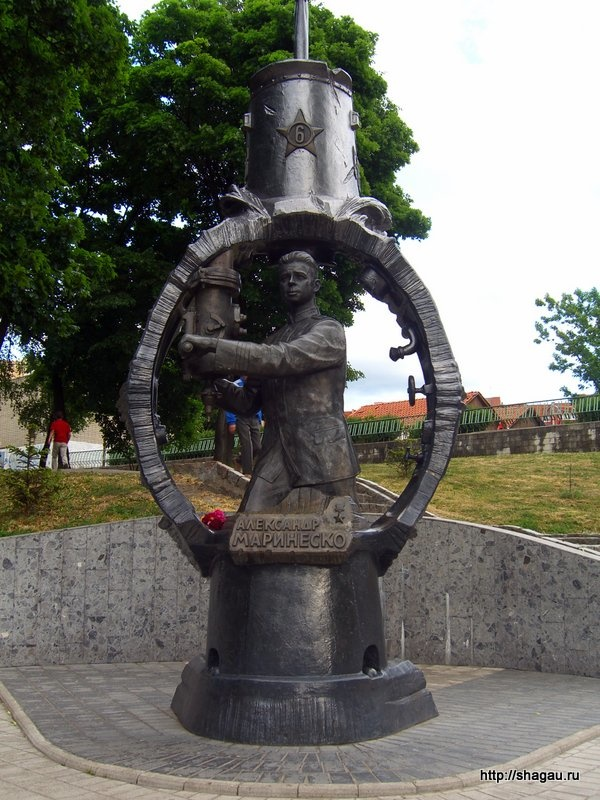 памятник герою Советского Союза  Александру Маринеско