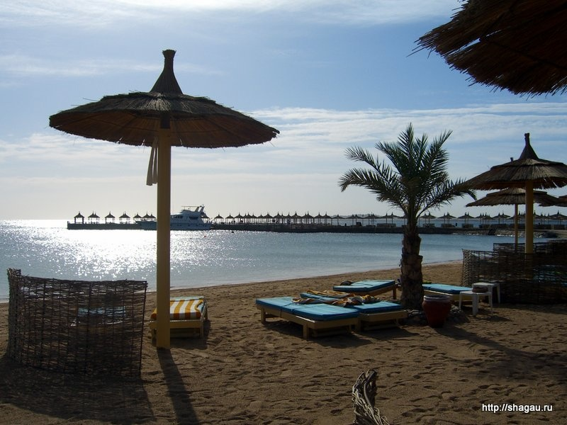 На пляже отеля в Египте