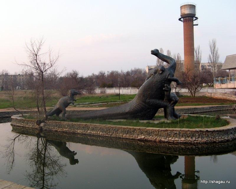 Скульптура Бронтозавра в парке