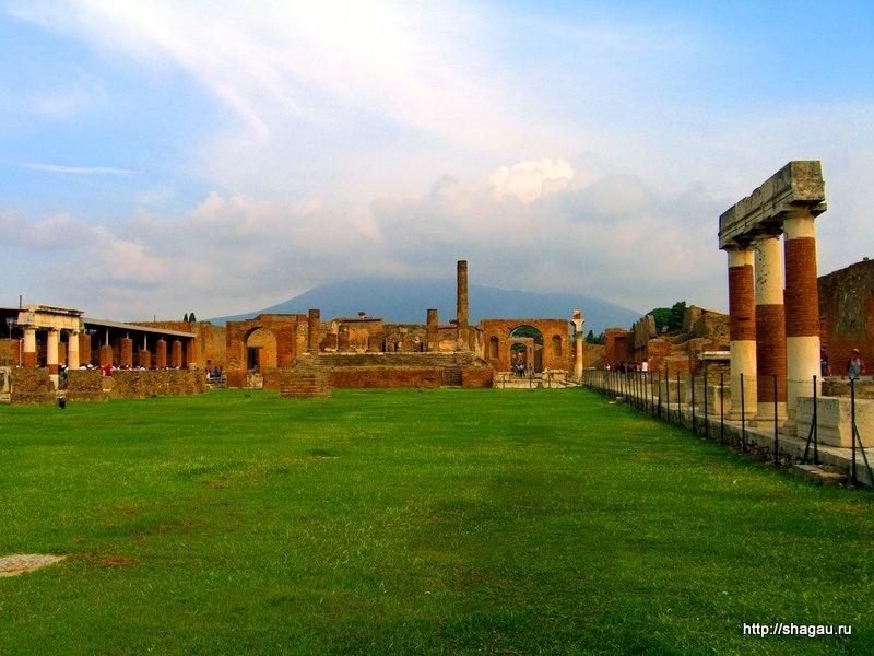 Везувий и руины города Помпеи