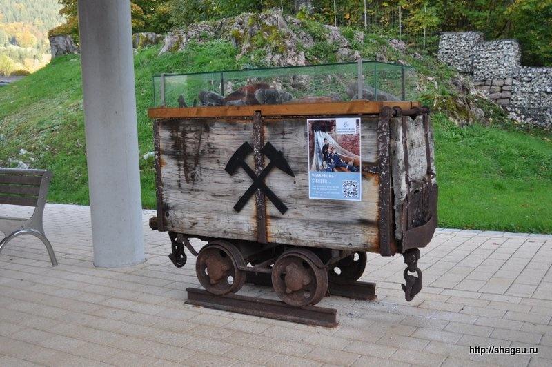 Музейный экспонат рядом с инфо-центром - вагонетка, на которой добывали соль