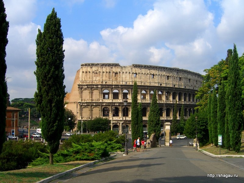 Вид на Колизей из парка