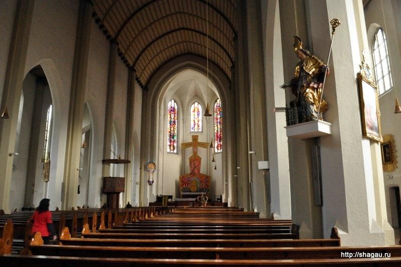 Внутри католического собора на Мирабель плац