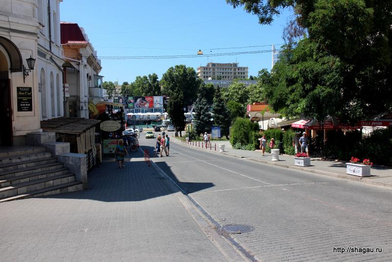 Вид на улицу рядом с отелем