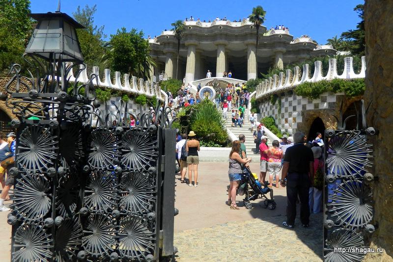 Резные ворота парка Гуэль
