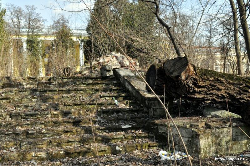 Старинная лестница к пруду