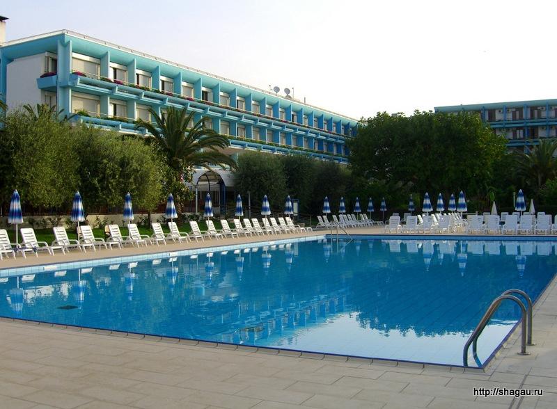Главный корпус и бассейн