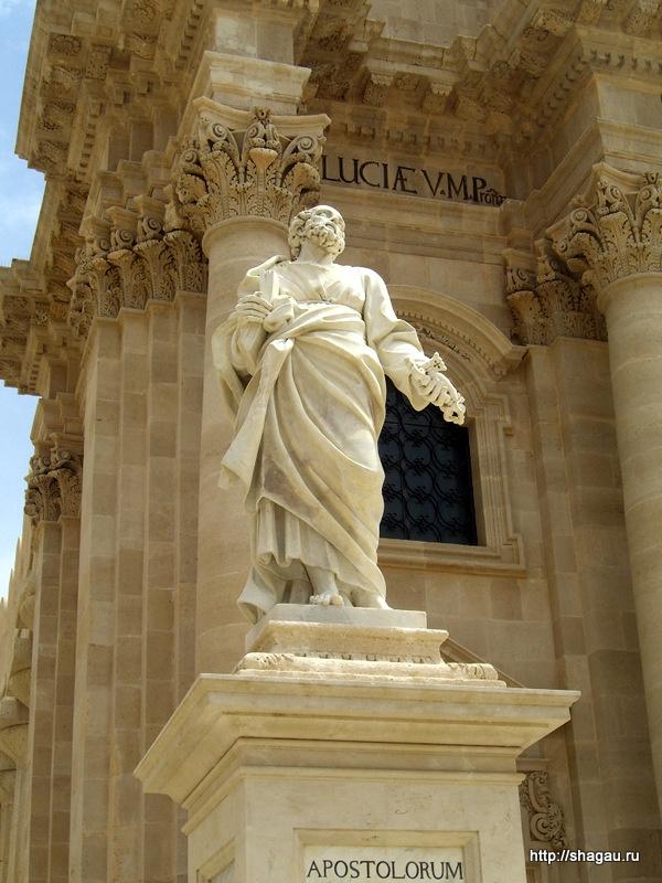 Сиракузы. Скульптуры около Кафедрального собора