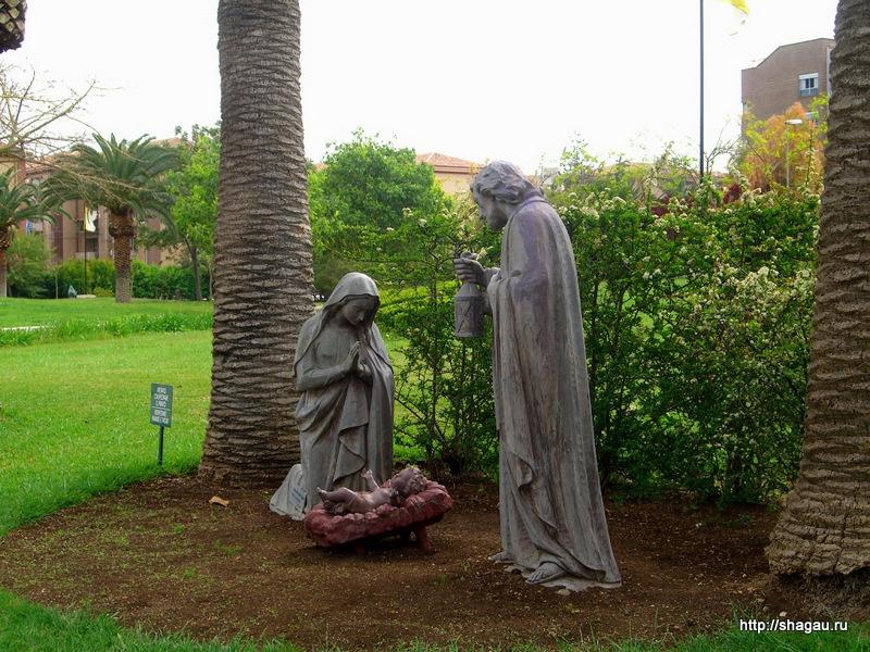 Сиракузы. Скульптуры около церкви плачущей Мадонны