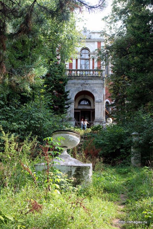 Главный вход в усадьбу Быково