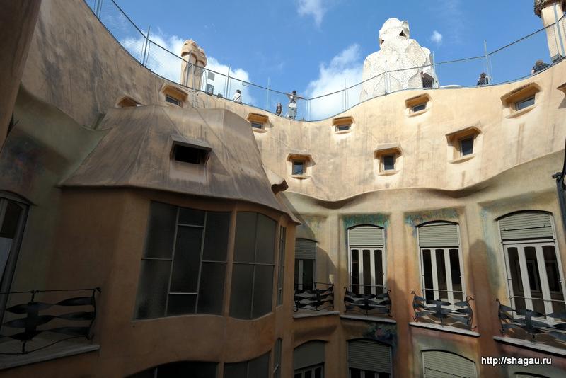 Волнообразный дом Мила в Барселоне