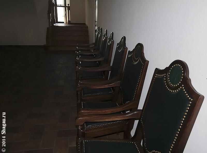 Стилизованные под старину стулья