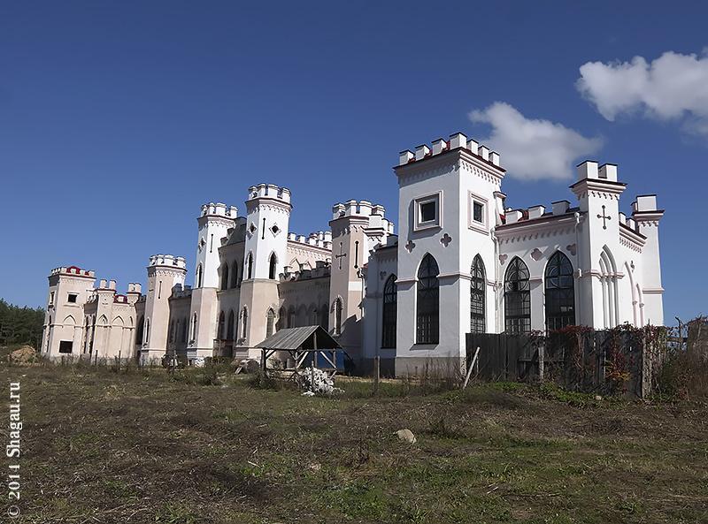 Вид на Коссовский дворец со стороны леса