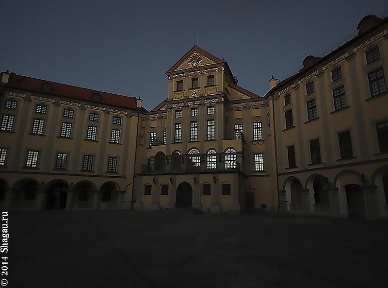 В темном дворе Несвижского замка