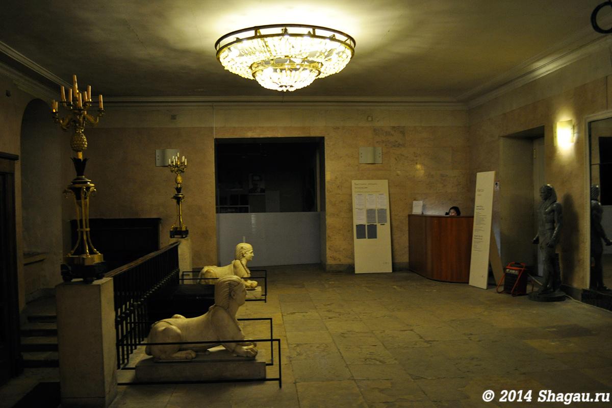 В холле музея Архитектуры