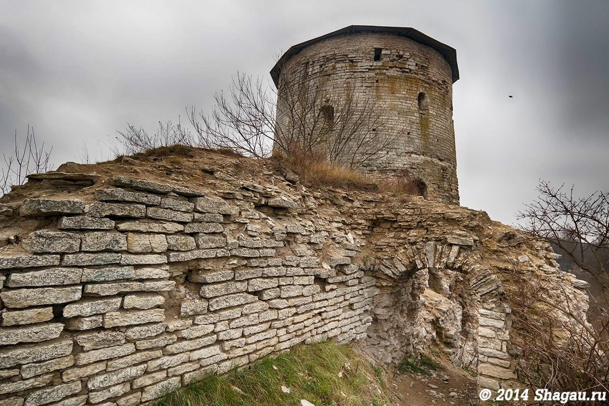 Суровая красота Гремячей башни в Пскове