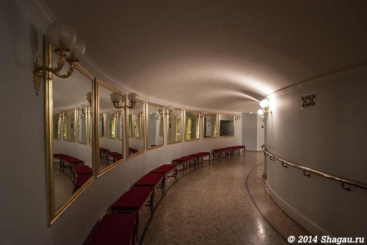 В гардеробе Большого театра