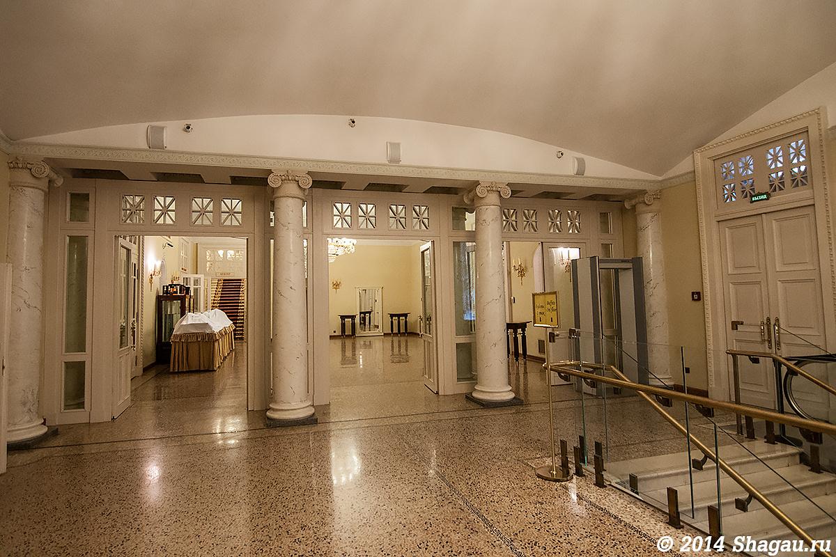 Около лифта