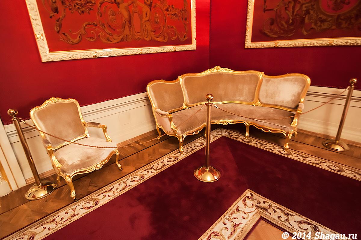 Мебель в императорском фойе