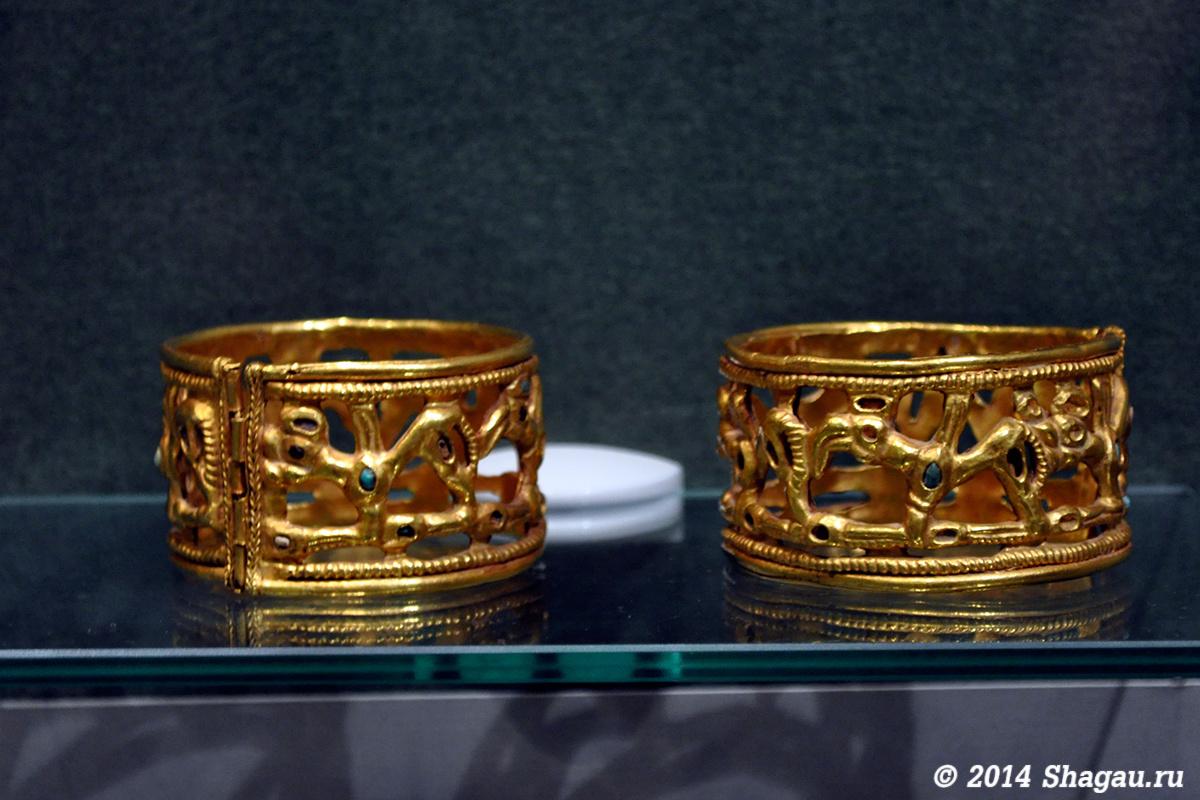 Золотые браслеты, золото, склекло, камень
